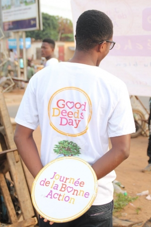 Volontaire du Good Deeds Day montrant le T-Shirt de la journée